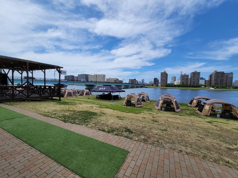 非日常空間を楽しむ♪新潟市やすらぎ堤のミズベリング「水辺アウトドアラウンジ」